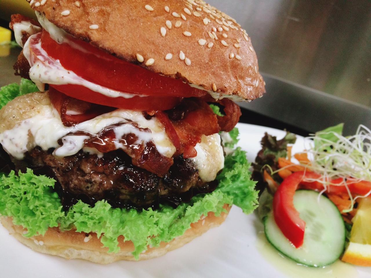 Ziegenpeter - Burger mit Ziegenfrischkäse und Walnußpesto