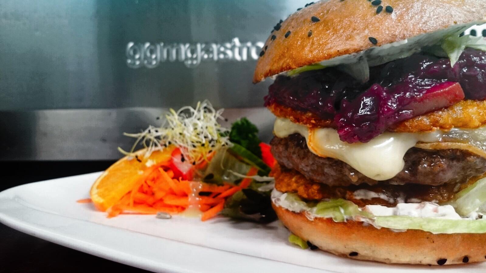 Hamburger mit Rösti Talern, Orangen-Creme-Fraiche und Apfelrotkohl